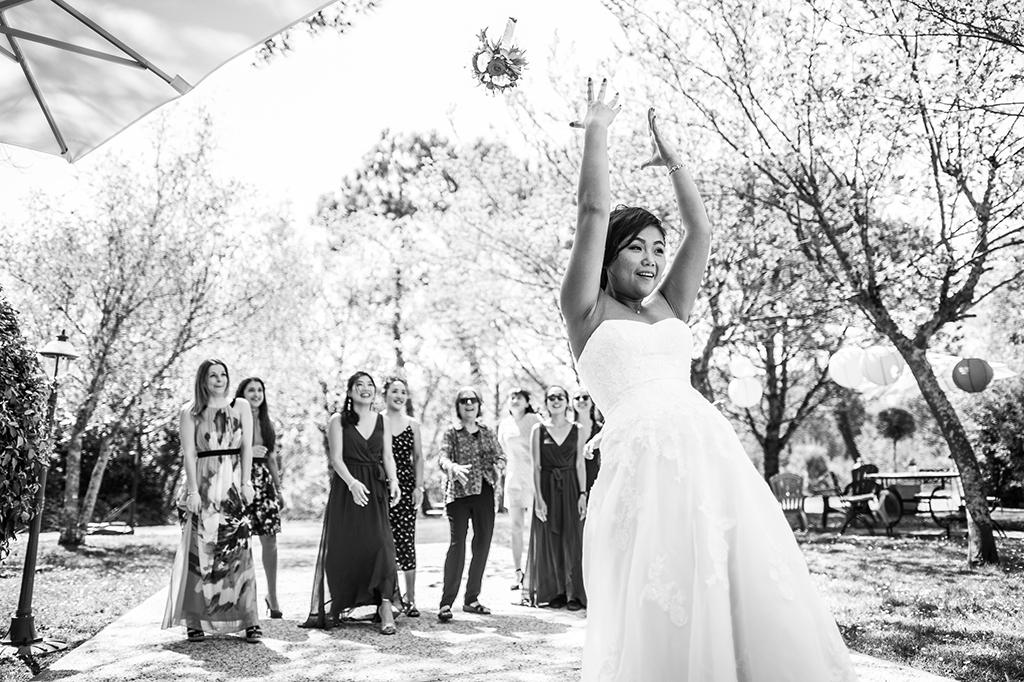 Reportage photo de mariage Landes Auberge d'Ugne Lancer du bouquet